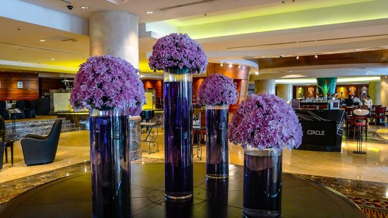 Le Meridien Kota Kinabalu : Elegant lobby flower display