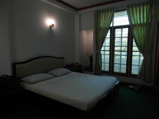 Yangon Yoma Hotel: Clean and spacious room