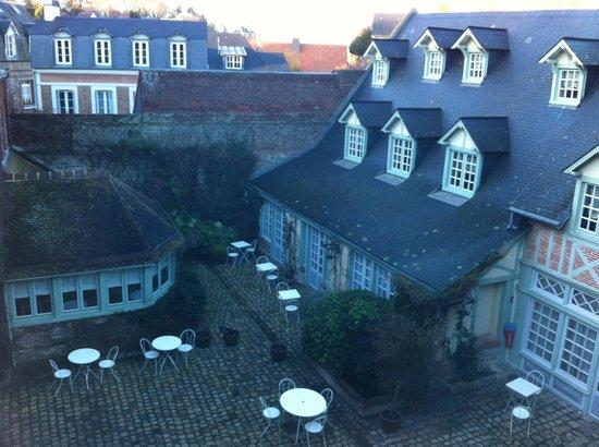 Relais Hotelier Douce France: Vue sur cour de la chambre Marie-Noëlle