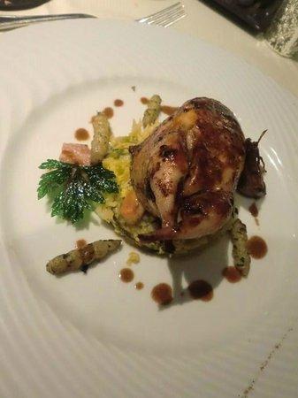 Restaurant Kasbur : Caille farcie aux champignons embeurré de choux vert, jus de carcasse tranché