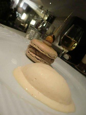 Restaurant Kasbur : Macaron noisette à la crème de marron, minestrone de coing poêlé Glace whisky