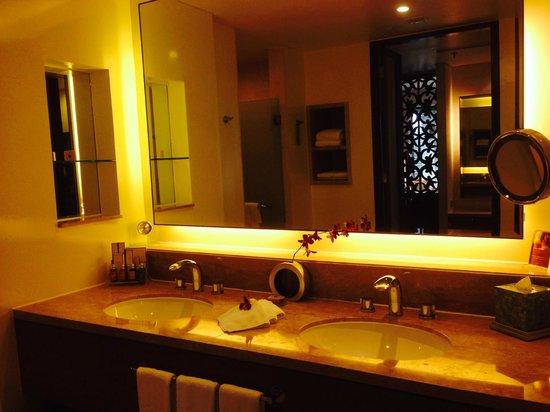 Shangri-La's Rasa Ria Resort & Spa: Ocean Wing bathroom