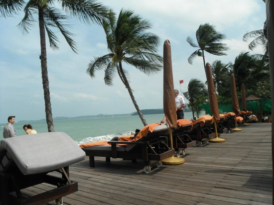 Bo Phut Resort & Spa : erhöhte Liegen vor dem Strandbereich