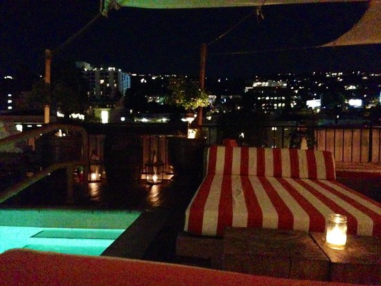 Petit Ermitage: Rooftop bar/pool at night. Lovely views over LA
