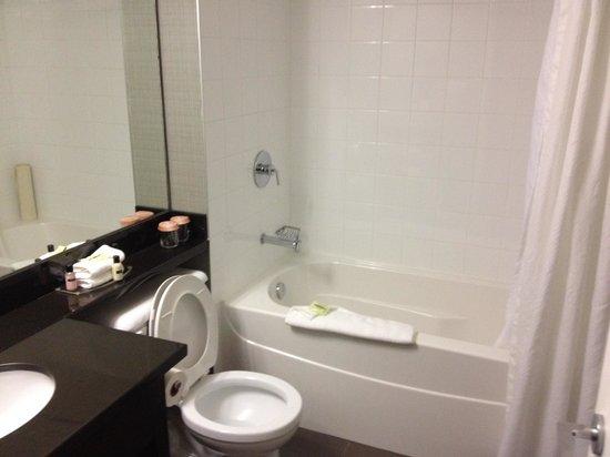 Sandman Hotel Red Deer: Bathroom