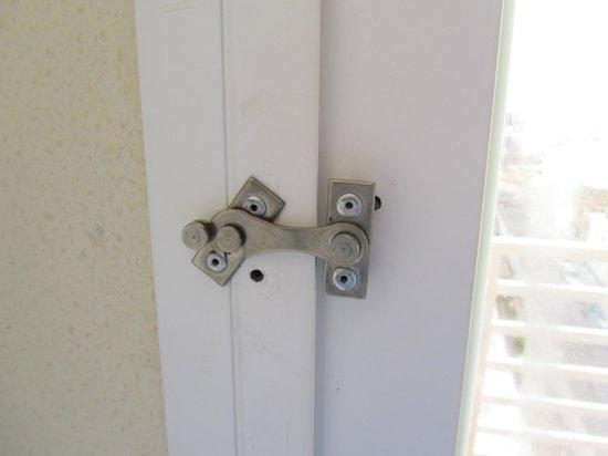 Palma Bay Club Resort : Cierre de las puertas del balcon
