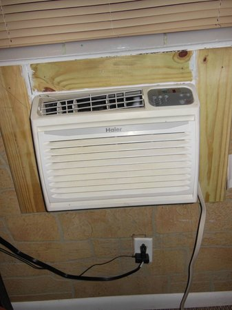 Greenup Inn: Did not need the air conditioner