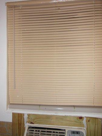 Greenup Inn: Blind to back window