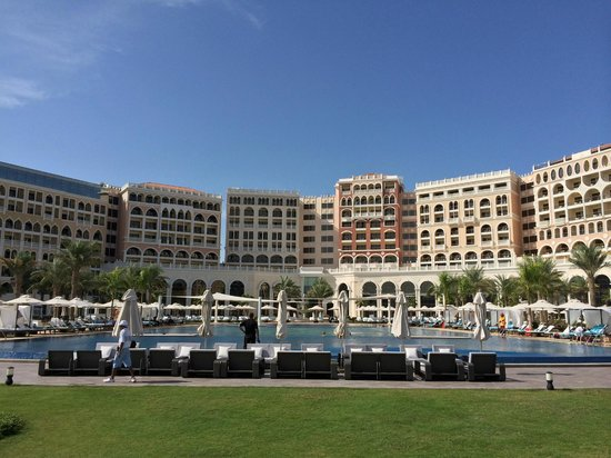 The Ritz-Carlton Abu Dhabi, Grand Canal: Pool area