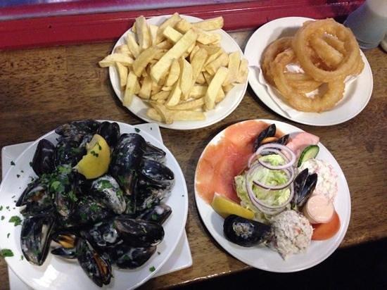 The Seafood Bar @ Kirwan's : ムール貝とシーフードサラダ