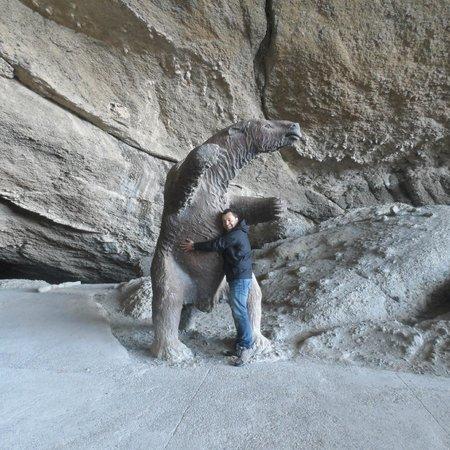Cueva del Milodon : En paz con  el oso, era Herbívoro ... si oh !! tenía unas garras !!jajaja II
