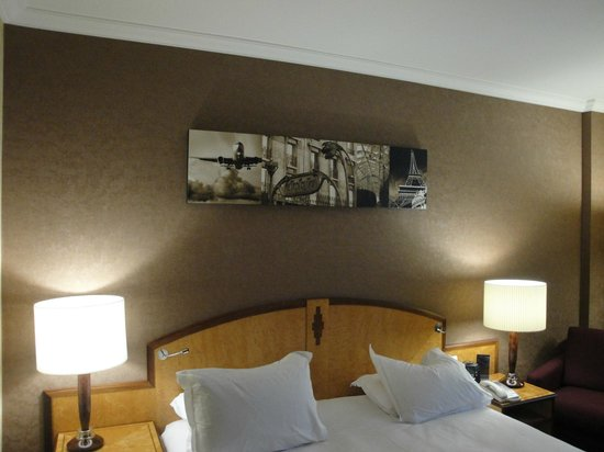 Hilton Paris Charles de Gaulle Airport: picture above bed