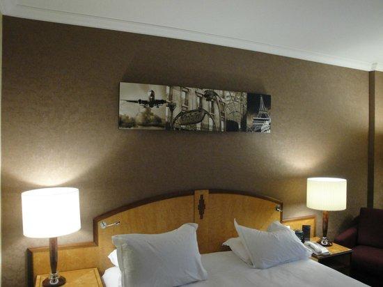Hilton Paris Charles de Gaulle Airport : picture above bed