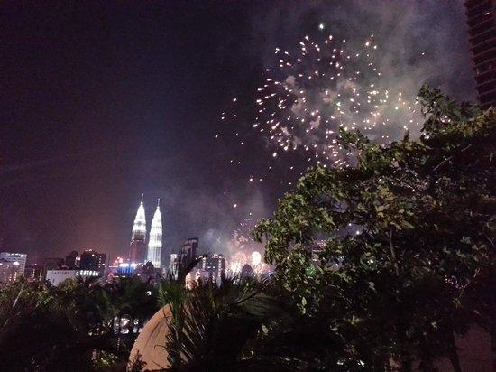 Berjaya Times Square Hotel, Kuala Lumpur : Fireworks viewed from the poolside terrace