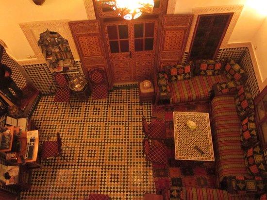 Dar Hafsa: 二階の部屋から眺めるリビング