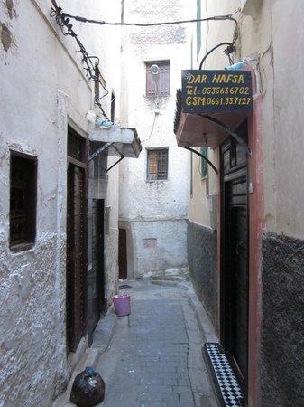 Dar Hafsa: 右手にダールハフサの看板。こちらが宿の入り口。