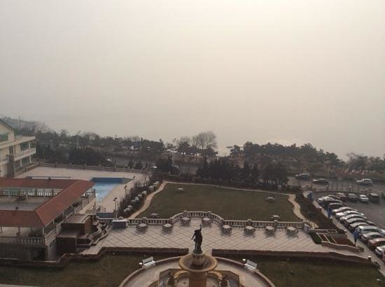 Seaview Garden Hotel: 部屋からの眺め。大気汚染でせっかくの海が見えず