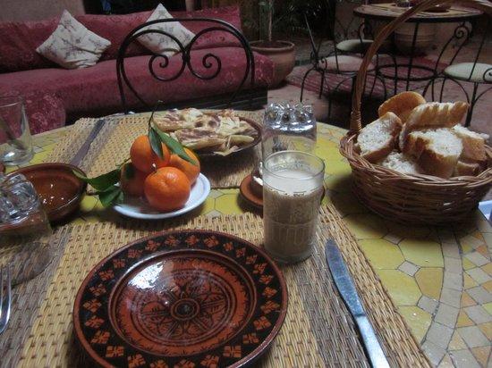 Riad Filalia: 朝食。ここにタジン鍋に入った素朴な目玉焼きが出てきました。
