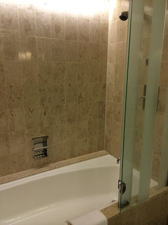 Swissotel The Stamford Singapore: Bathroom is quite old, but fortunately everything still works properly