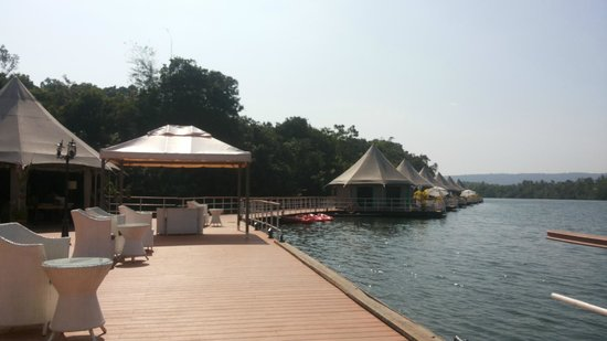 4 Rivers Floating Lodge: Front of restaurant