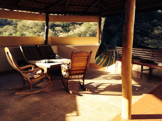 Casa Del Soul: Seating area next to the pool