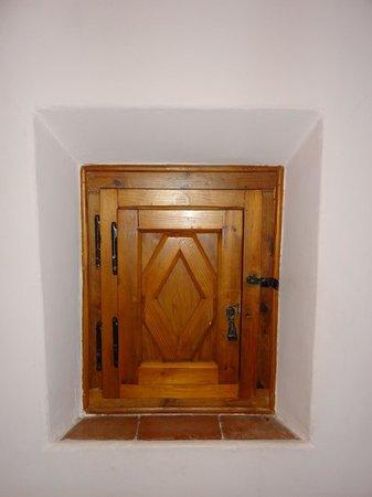 Parador de Guadalupe: Curioso ventanuco (cerrado)