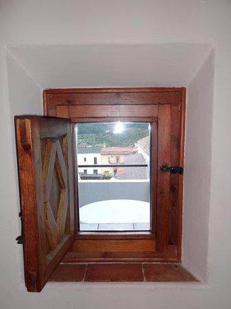 Parador de Guadalupe: Curioso ventanuco (abierto)