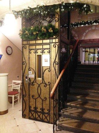 Pushka Inn Hotel: Лифт на 2 человека