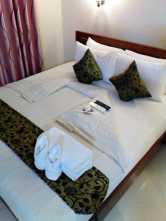 Gloria Angkor Hotel: The bed with all the goodies