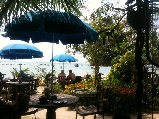 Spa Samui's Beach Resort: het restaurant buiten op het strand