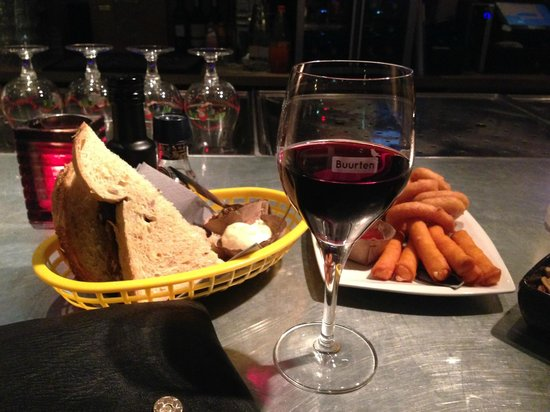 Buurten: Bread with dips, cheese sticks and calamares, nuts
