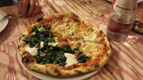 La Corte dei Vacca' : Pizza metà Friarielli metà Siciliana (tonno, cipolla)
