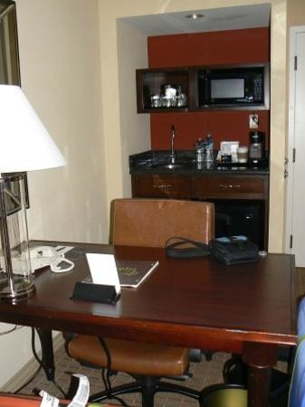 "Sheraton Suites Plantation, Ft Lauderdale West: Bureau en ""keukentje"" met magnetron en koelkast"