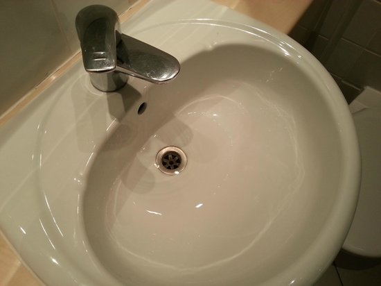 Holiday Inn London - Regent's Park: A blocked sink and a leaking tap