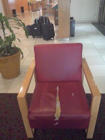 Hotel Ibis Buenos Aires Obelisco: Cadeira com estofamento rasgado no hall de entrada