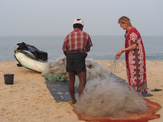 Abad Turtle Beach : sneaking out to the beach helping the fishermen clean the net