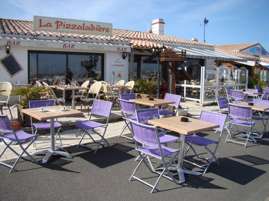 La Pizzaladiere : La Pizzaladière est dotée d'une vue imprenable face au port de plaisance de l'Herbaudière.