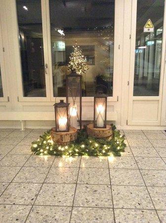 Generation YMCA Hostel: Холл красиво украшен к Рождеству