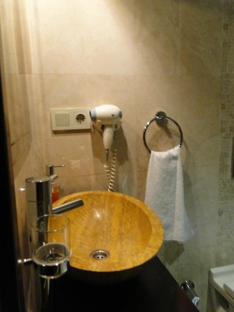 Sky Kamer Boutique Hotel: triple room - bathroom