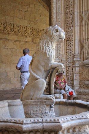 Mosteiro dos Jerónimos (Hieronymuskloster): Внутренний дворик. В жару фонтан... Хорошо