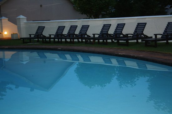 Graskop Hotel : Pool area...pity it was too cold to take a dip