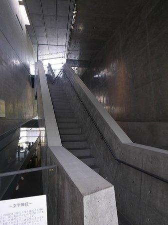 Saka no Ue no Kumo Museum: 階段