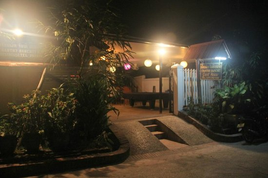 LPQ Backpackers Hostel : Entrance by night