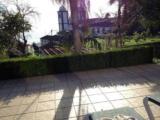 Quinta do Monte : Utsikt över kyrkan från poolen