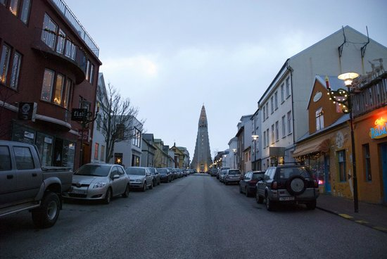 Iglesia de Hallgrímur (Hallgrimskirkja): Street leading to the church is worth to explore