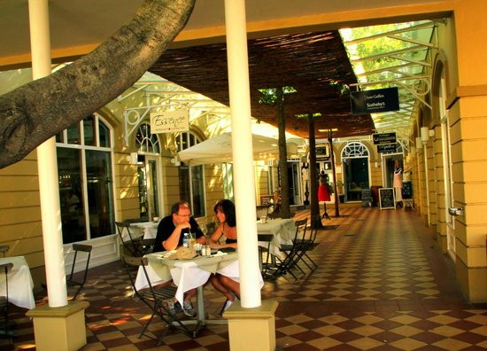 Protea Hotel by Marriott Franschhoek: View of Beautiful Restuarant &Shops