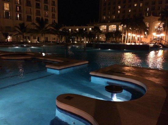 Hotel Riu Palace Aruba: pileta noche