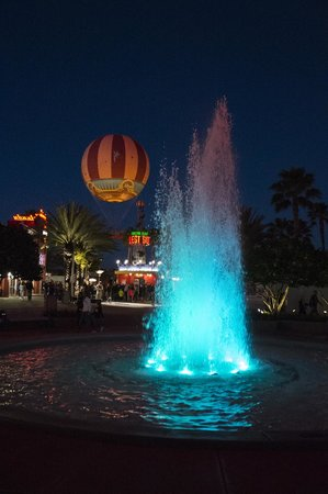 Disney Springs: balloon through fountain
