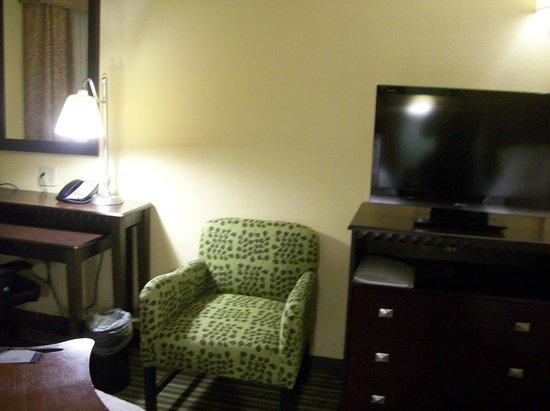 Hampton Inn & Suites Mahwah: Work Desk & TV & Chair in Room