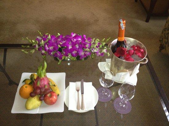 Sheraton Hanoi Hotel: orchids, wine, fruit